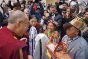 Члены тибетской общины приветствуют Его Святейшество Далай-ламу в тибетском центре в Ричмонде. Штат Калифорния, США. 23 февраля 2014 г. Фото: Джереми Рассел (офис ЕСДЛ)