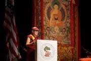 Его Святейшество Далай-лама выступает с речью в зале театра в Беркли. Штат Калифорния, США. 23 февраля 2014 г. Фото: Джереми Рассел (офис ЕСДЛ)