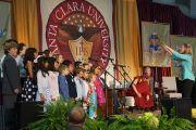 Его Святейшество Далай-лама слушает выступление детского хора перед началом своей лекции в университете Санта-Клары. Штат Калифорния, США. 24 февраля 2014 г. Фото: Джереми Рассел (офис ЕСДЛ)