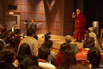 Далай-лама посетил Вашингтонский кафедральный собор и Национальный институт здравоохранения США