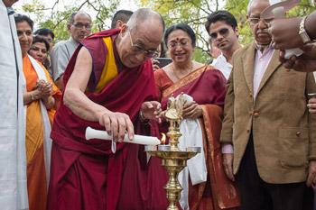 Далай-лама оказал помощь лепрозорию в Дели