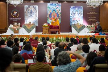 Далай-лама начал учения в столице Индии
