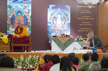 Далай-лама провел беседу со школьниками о нравственности и сострадании и продолжил учения в Нью-Дели