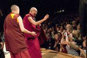Его Святейшество Далай-лама прощается с публикой по окончании своего выступления на 26-м ежегодном Форуме лауреатов Нобелевской премии мира. Миннеаполис, штат Миннесота, США. 1 марта 2014 г. Фото: Stephen Geffre