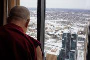 Его Святейшество Далай-лама смотрит на заснеженный Миннеаполис вечером первого дня своего визита в этот город. Миннеаполис, штат Миннесота, США. 1 марта 2014 г. Фото: Джереми Рассел (офис ЕСДЛ)
