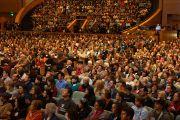 В зале конференц-центра Миннеаполиса во время выступления Его Святейшества Далай-ламы на 26-м ежегодном Форуме лауреатов Нобелевской премии мира. Миннеаполис, штат Миннесота, США. 1 марта 2014 г. Фото: Джереми Рассел (офис ЕСДЛ)