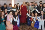 Его Святейшество Далай-лама с организаторами встречи с китайскими студентами в университете Миннеаполиса. Штат Миннесота, США. 1 марта 2014 г. Фото: Джереми Рассел (офис ЕСДЛ)