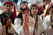 Молодые тибетские артисты встречают Его Святейшество Далай-ламу в Аугсбургском колледже в Миннеаполисе. Штат Миннесота, США. 2 марта 2014 г. Фото: Stephen Geffre