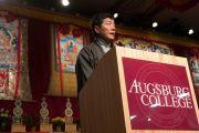 Сикьонг Лобсанг Сенге выступает с речью на праздновании тибетского нового года в колледже Огсбург. Миннеаполис, штат Миннесота, США. 2 марта 2014 г. Фото: Stephen Geffre