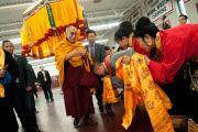 Его Святейшество Далай-ламу встречают в Аугсбургском колледже перед началом празднования тибетского нового года. Миннеаполис, штат Миннесота, США. 2 марта 2014 г. Фото: Stephen Geffre