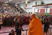 Его Святейшество Далай-лама приветствует примерно 3000 человек, собравшихся в Аугсбургском колледже на празднование тибетского нового года. Миннеаполис, штат Миннесота, США. 2 марта 2014 г. Фото: Джереми Рассел (офис ЕСДЛ)