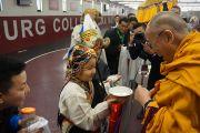 Его Святейшество Далай-лама принимает традиционные подношения в Аугсбургском колледже перед началом празднования тибетского нового года. Миннеаполис, штат Миннесота, США. 2 марта 2014 г. Фото: Джереми Рассел (офис ЕСДЛ)