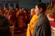 Его Святейшество Далай-лама и сикьонг Лобсанг Сенге во время исполнения государственного гимна Тибета  в начале празднования тибетского нового года в Аугсбургском колледже в Миннеаполисе. Штат Миннесота, США. 2 марта 2014 г. 2 марта 2014 г. Фото: Джереми Рассел (офис ЕСДЛ)