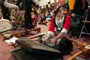 Молодая тибетская исполнительница в ожидании начала празднования тибетского нового года в Аугсбургском колледже в Миннеаполисе. Штат Миннесота, США. 2 марта 2014 г. Фото: Stephen Geffre