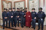 Его Святейшество Далай-лама фотографируется на память с полицейскими, обеспечивавшими безопасность во время его посещения Конгресса США. Вашингтон, округ Колумбия, США. 6 марта 2014 г. Фото: Сонам Зоксанг