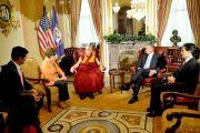 Сикьонг Центральной тибетской администрации Лобсанг Сенге, лидер меньшинства в палате представителей США Нэнси Пелоси, Его Святейшество Далай-лама,  спикер палаты представителей Джон Бейнер и лидер большинства в палате представителей США Эрик Кантор во время встречи в Конгрессе США. Вашингтон, округ Колумбия, США. 6 марта 2014 г. Фото: Сонам Зоксанг