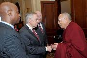 По прибытии на Капитолийский холм Его Святейшество Далай-лама здоровается с капелланом сената США Бари Блэком, лидером большинства в сенате США Гарри Ридом и сенатором Шеродом Брауном. Вашингтон, округ Колумбия, США. 6 марта 2014 г. Фото: Сонам Зоксанг
