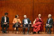 Сикьонг Центральной тибетской администрации Лобсанг Сенге, лидер меньшинства в палате представителей США Нэнси Пелоси, сенатор Джон Маккейн, Его Святейшество Далай-лама и его переводчик Туптен Джинпа во время встречи с сотрудниками Конгресса США. Вашингтон, округ Колумбия, США. 6 марта 2014 г. Фото: Сонам Зоксанг