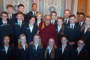 Его Святейшество Далай-лама фотографируется на память с группой стажеров во время посещения Конгресса США. Вашингтон, округ Колумбия, США. 6 марта 2014 г. Фото: Сонам Зоксанг