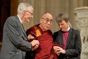 Преподобный Гари Холл, Его Святейшество Далай-лама и преподобная Марианн Эдгар Будде в Вашингтонском кафедральном соборе. Вашингтон, округ Колумбия, США. 7 марта 2014 г. Фото: Сонам Зоксанг