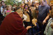 Его Святейшество Далай-лама здоровается с маленьким пациентом Национального института здравоохранения США. Вашингтон, округ Колумбия, США. 7 марта 2014 г. Фото: Джереми Рассел (офис ЕСДЛ)