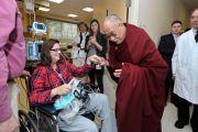 Его Святейшество Далай-лама здоровается с пациенткой Национального института здравоохранения США. Вашингтон, округ Колумбия, США. 7 марта 2014 г. Фото: Джереми Рассел (офис ЕСДЛ)