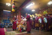 Оракул Нечунга готовится войти в транс во время ритуала, посвященному долголетию Его Святейшества Далай-ламы. Дхарамсала, Индия. 11 марта 2014 г. Фото: Тензин Чойджор (офис ЕСДЛ)
