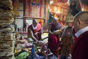 Оракул Нечунга благословляет подношения во время ритуала, посвященному долголетию Его Святейшества Далай-ламы. Дхарамсала, Индия. 11 марта 2014 г. Фото: Тензин Чойджор (офис ЕСДЛ)