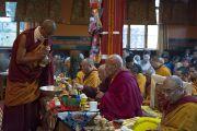 Старшие монахи проводят ритуалы во время пуджи долгой жизни в монастыре Нечунг, посвященной долголетию Его Святейшества Далай-ламы. Дхарамсала, Индия. 11 марта 2014 г. Фото: Тензин Чойджор (офис ЕСДЛ)