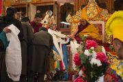 Оракул Церинг Ченгна дарует благословения во время ритуала, посвященному долголетию Его Святейшества Далай-ламы. Дхарамсала, Индия. 11 марта 2014 г. Фото: Тензин Чойджор (офис ЕСДЛ)
