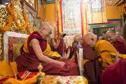 Пожилой монах делает традиционное подношение Его Святейшеству Далай-ламе во время пуджи долгой жизни в монастыре Нечунг. Дхарамсала, Индия. 11 марта 2014 г. Фото: Тензин Чойджор (офис ЕСДЛ)