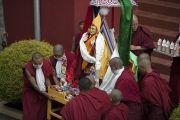 Монахи несут подношения во пуджи долгой жизни в монастыре Нечунг, посвященной долголетию Его Святейшества Далай-ламы. Дхарамсала, Индия. 11 марта 2014 г. Фото: Тензин Чойджор (офис ЕСДЛ)