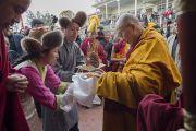 Его Святейшество Далай-ламу встречают традиционными подношениями у реконструированного здания Тибетского парламента в эмиграции. Дхарамсала, Индия. 11 марта 2014 г. Фото: Тензин Чойджор (офис ЕСДЛ)
