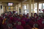 Учения Его Святейшества Далай-ламы в главном тибетском храме транслировались на нескольких больших экранах. Дхарамсала, Индия. 16 марта 2014 г. Фото: Тензин Чойджор (офис ЕСДЛ)