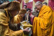 Его Святейшество Далай-ламу встречают в Центральной тибетской школе. Шимла, штат Химачал Прадеш, Индия. 18 марта 2014 г. Фото: Тензин Чойджор (офис ЕСДЛ)