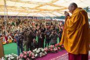 Его Святейшество Далай-лама приветствует слушателей, собравшихся на учения в Центральной тибетской школе. Шимла, штат Химачал Прадеш, Индия. 18 марта 2014 г. Фото: Тензин Чойджор (офис ЕСДЛ)