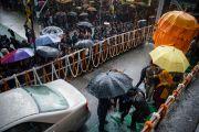 Его Святейшество Далай-лама прибыл на место проведения учений в Центральной тибетской школе. Шимла, штат Химачал Прадеш, Индия. 18 марта 2014 г. Фото: Тензин Чойджор (офис ЕСДЛ)