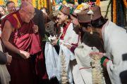 Его Святейшество Далай-ламу встречают в Центральном университете штата Химачал Прадеш. Шимла, штат Химчал Прадеш, Индия. 19 марта 2014 г. Фото: Тензин Чойджор (офис ЕСДЛ)