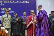 Его Святейшество Далай-лама на торжественной церемонии вручения дипломов в Центральном университете штата Химачал Прадеш. Шимла, штат Химчал Прадеш, Индия. 19 марта 2014 г. Фото: Тензин Чойджор (офис ЕСДЛ)