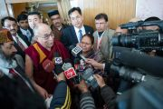 Его Святейшество Далай-лама отвечает на вопросы журналистов после торжественной церемонии вручения дипломов в Центральном университете штата Химачал Прадеш. Шимла, штат Химчал Прадеш, Индия. 19 марта 2014 г. Фото: Тензин Чойджор (офис ЕСДЛ)