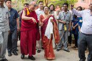 """Директор колледжа """"Леди Шри Рам"""" Меенакши Гопинатх встречает Его Святейшество Далай-ламу. Дели, Индия. 20 марта 2014 г. Фото: Тензин Чойджор (офис ЕСДЛ)"""