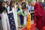 """Тибетские студенты приветствуют Его Святейшество Далай-ламу традиционными подношениями перед его выступлением в женском колледже """"Леди Шри Рам"""". Дели, Индия. 20 марта 2014 г. Фото: Тензин Чойджор (офис ЕСДЛ)"""