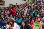 """Студенты приветствуют Его Святейшество Далай-ламу в женском колледже """"Леди Шри Рам"""". Дели, Индия. 20 марта 2014 г. Фото: Тензин Чойджор (офис ЕСДЛ)"""
