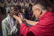 Его Святейшество Далай-лама здоровается с жителем лепрозория в Тахирпуре. Дели, Индия. 20 марта 2014 г. Фото: Тензин Чойджор (офис ЕСДЛ)