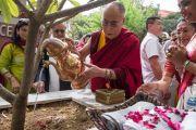 """Его Святейшество Далай-лама поливает деревце, посаженное в ознаменование его посещения женского колледжа """"Леди Шри Рам"""". Дели, Индия. 20 марта 2014 г. Фото: Тензин Чойджор (офис ЕСДЛ)"""
