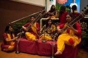 """Студенты исполняют национальную тибетскую музыку перед началом выступления Его Святейшества Далай-ламы в женском колледже """"Леди Шри Рам"""". Дели, Индия. 20 марта 2014 г. Фото: Тензин Чойджор (офис ЕСДЛ)"""