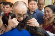 "Его Святейшество Далай-лама с двумя студентками-инвалидами в женском колледже ""Леди Шри Рам"". Дели, Индия. 20 марта 2014 г. Фото: Тензин Чойджор (офис ЕСДЛ)"