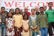 Его Святейшество Далай-лама и дети, принимавшие участие в концерте во время его посещения лепрозория в Тахирпуре. Дели, Индия. 20 марта 2014 г. Фото: Тензин Чойджор (офис ЕСДЛ)