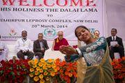Выступление юных артистов во время посещения Его Святейшеством Далай-ламой лепрозория в Тахирпуре. Дели, Индия. 20 марта 2014 г. Фото: Тензин Чойджор (офис ЕСДЛ)