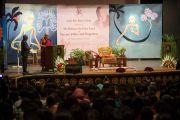 """Его Святейшество Далай-лама выступает с лекцией о нравственности и счастье в женском колледже """"Леди Шри Рам"""". Дели, Индия. 20 марта 2014 г. Фото: Тензин Чойджор (офис ЕСДЛ)"""